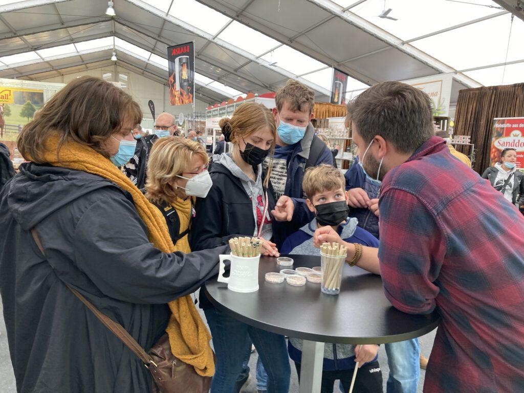 Messebesucher am Physics for Food Stand auf der MeLa